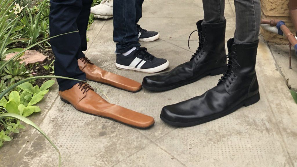 távolságtartás óriási cipő