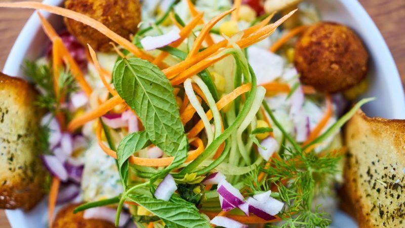 Fokhagymás pirítós salátában: egy jó ötlet.
