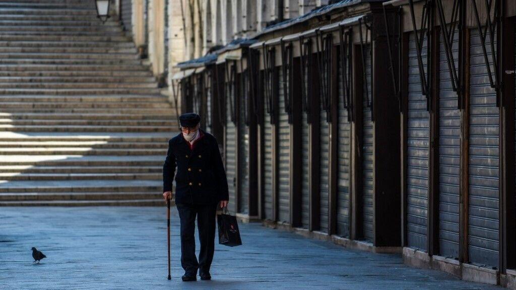 Egy idős úr Velencében a koronavírus járvány idején