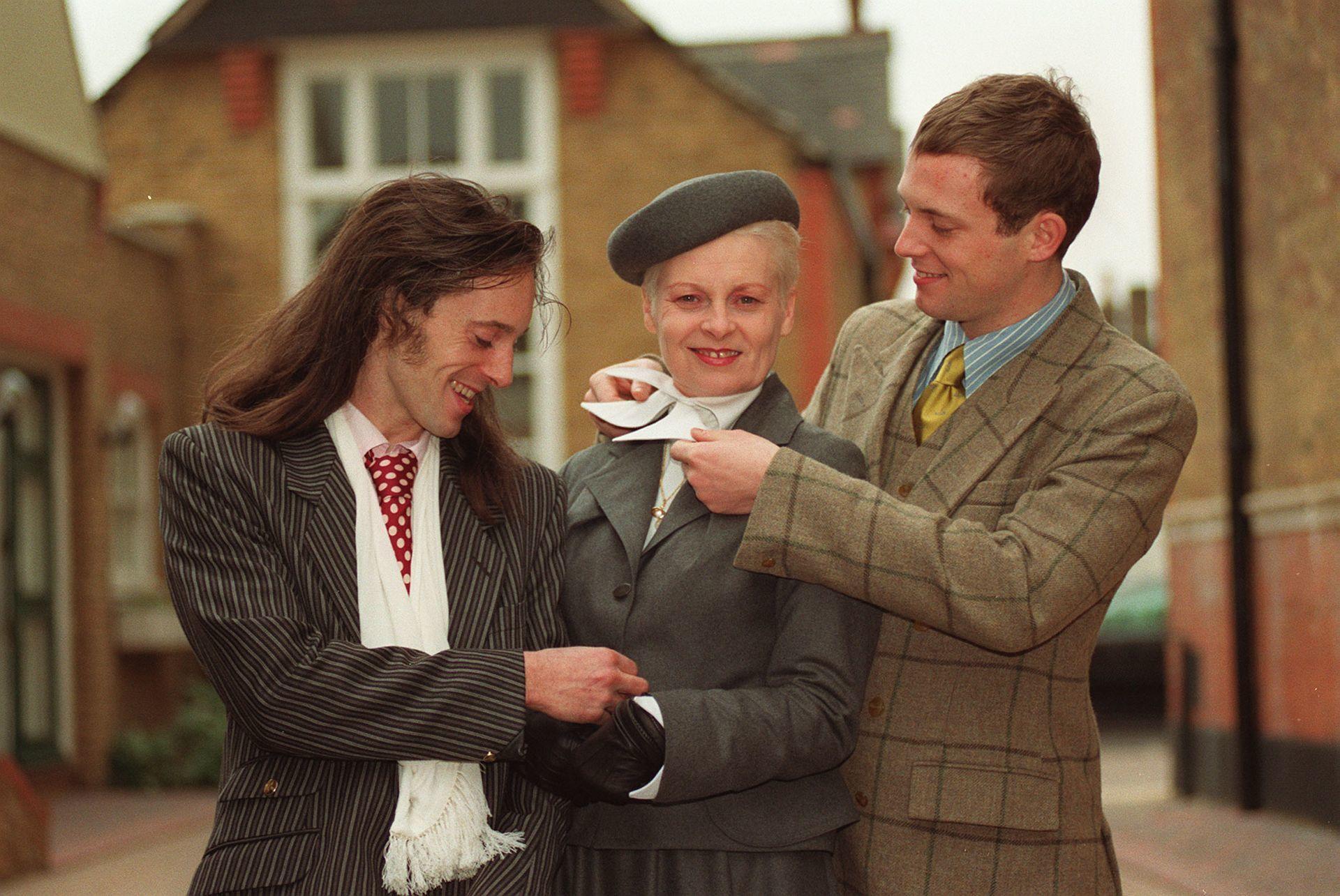 Vivienne Westwood és fiai, mielőtt a divattervező átvette OBE kitüntetését a Buckingham Palotában.