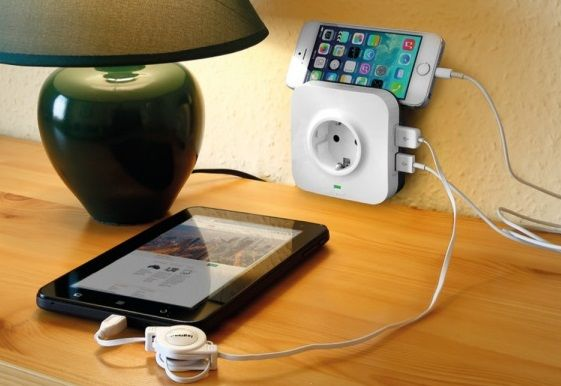 Több dolgot is tölthetsz egyszerre, és a telefonod is tarthatod rajta. (Fotó: Legrand)