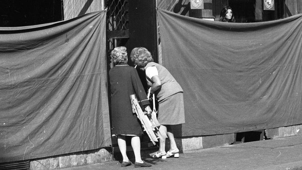 Vajon mi lehet a függöny mögött? Kirakat a Váci utcában (Fotó: Fortepan)
