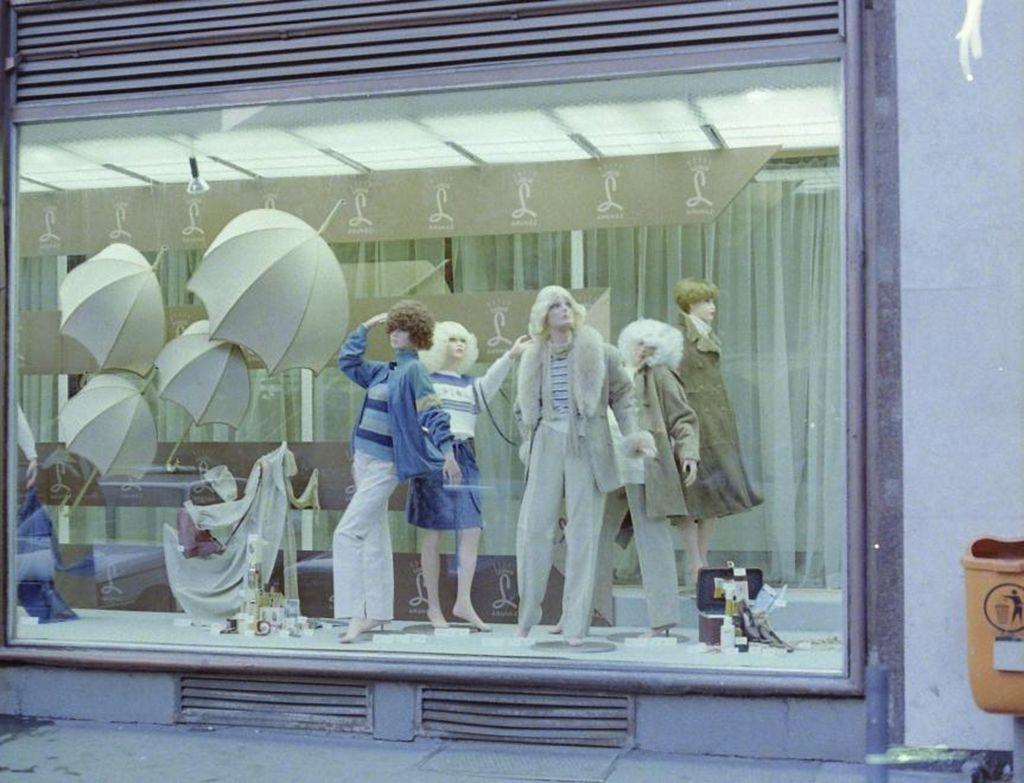 A Luxus áruházban külföldről beszerzett, jó minőségű ruhákat árultak (Fotó: Fortepan)