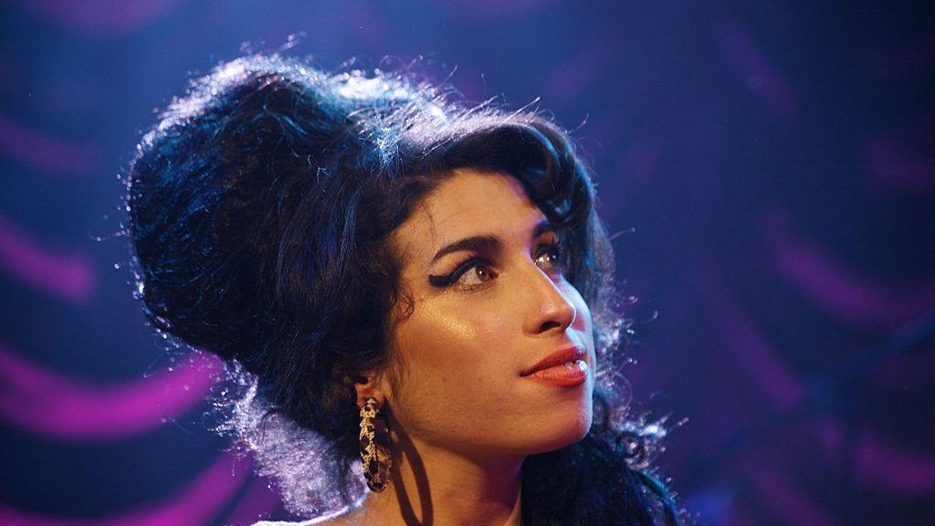 Amy Winehouse tragikusan fiatalon halt meg.