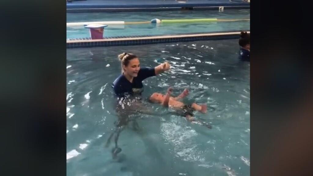 Kiakadtak az anyára, aki behajította nyolc hónapos babáját a vízbe, hogy megtanuljon úszni