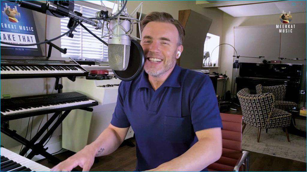 Gary Barlow Al Bundy-val énekel együtt