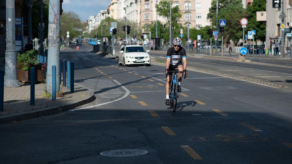 Biciklis a körúton