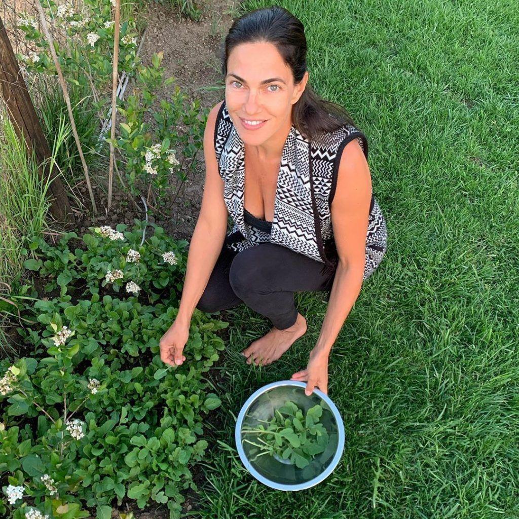 Bódi Sylvi élvezi a kertészkedést