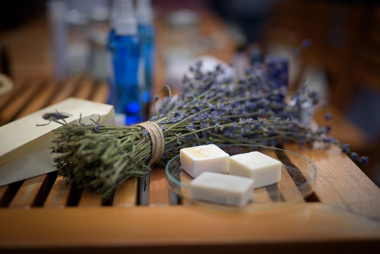 A levendula megszárítva kitűnő illatosító, rovarriasztó, és remek dekorációs alapanyag, arról nem is beszélve, hogy gyógynövényként és kozmetikumként is igen hasznos