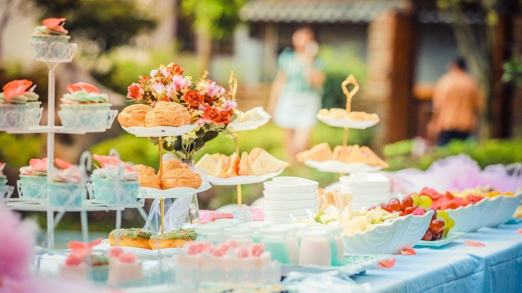 A desszertet hozzák a vendégek.