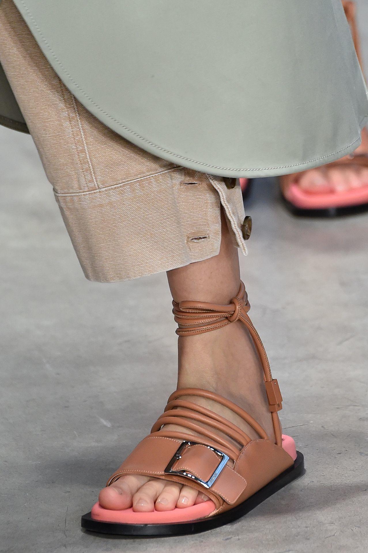 pántokkal kombinált csatos papucs