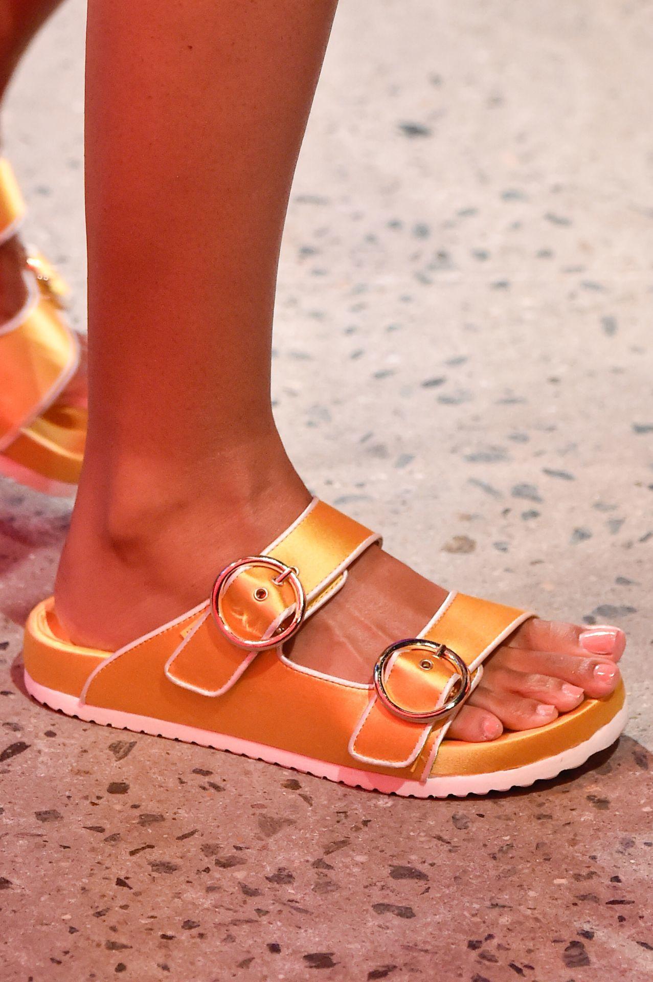 narancssárga csatos papucs