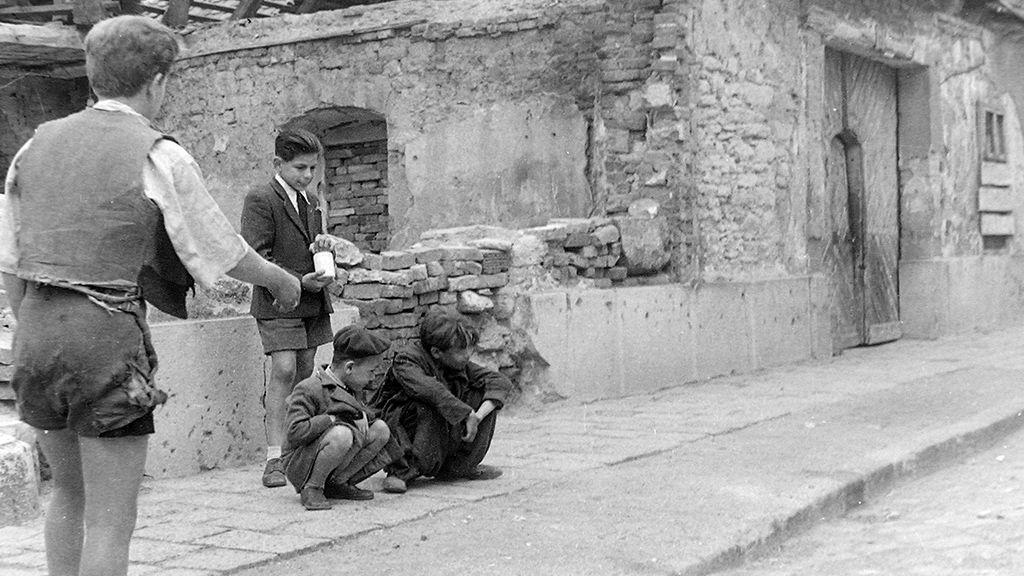 Golyozó fiúk Budapesten 1948-ban (Fotó: Fortepan, Magyar Rendőr)