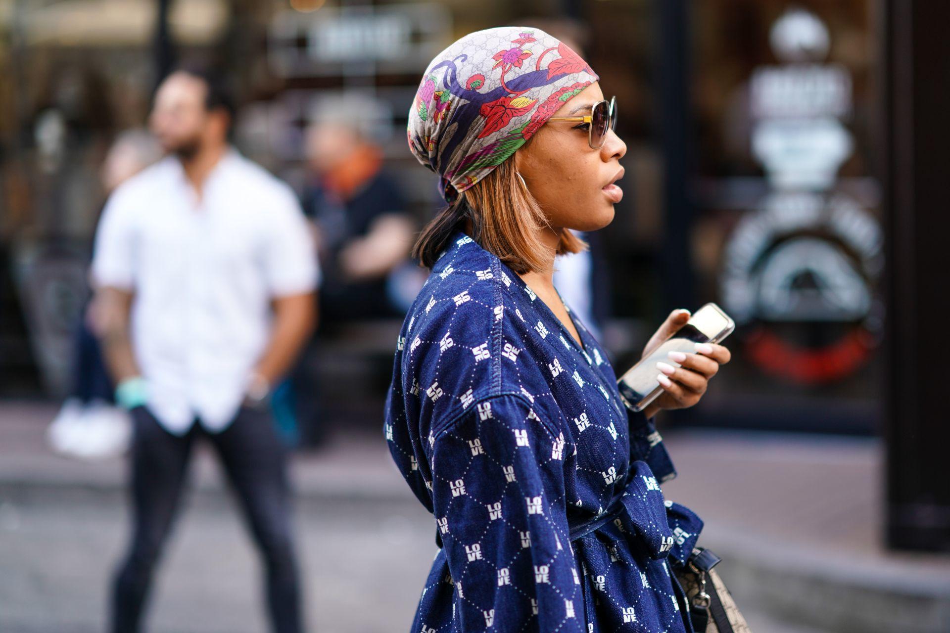 A klasszikus fejkendős viselése is csinos, de tudni kell viselni.