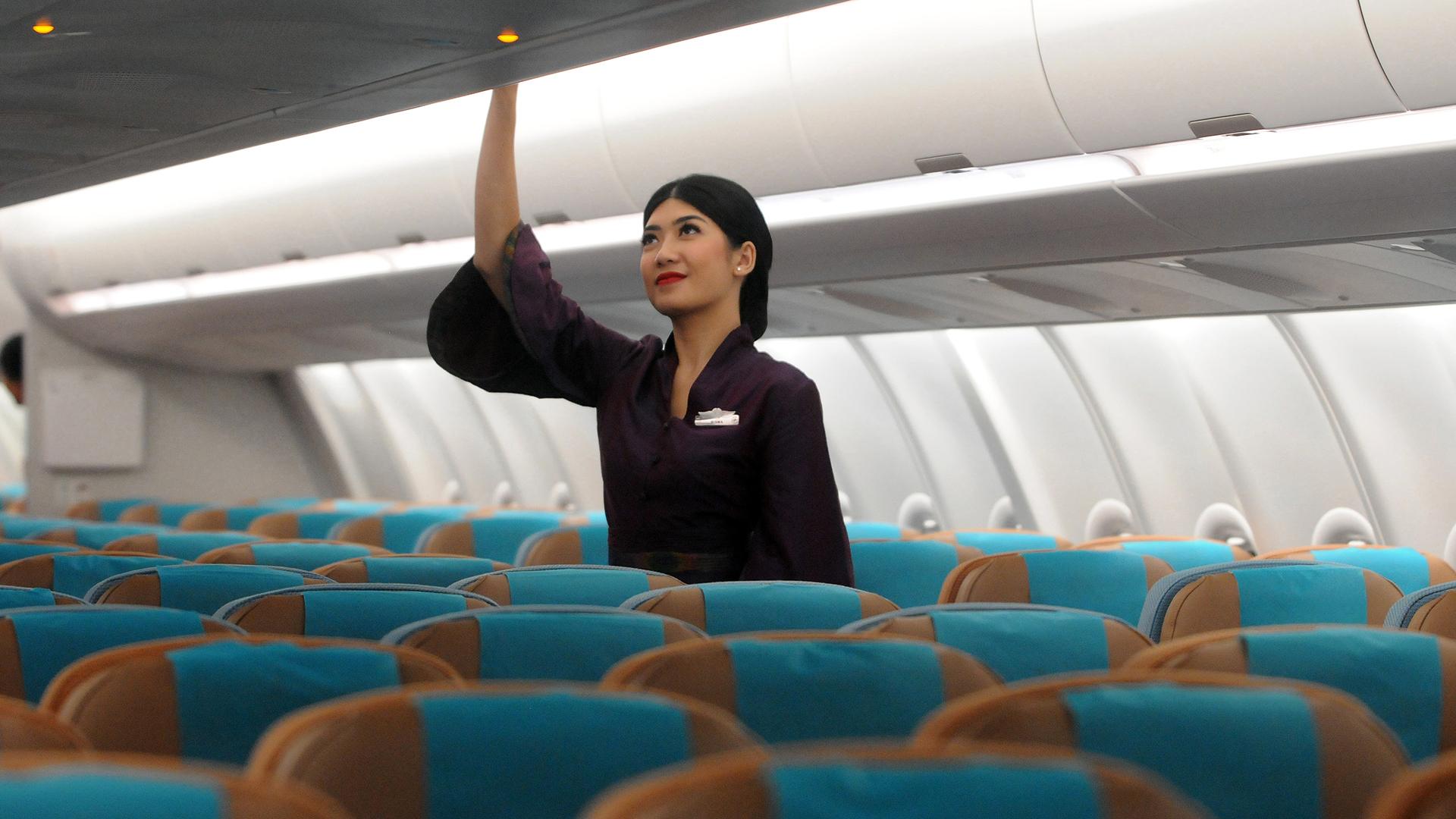 Megtiltják a maszkviselést a légikísérőknek egy légitársaság repülőgépein