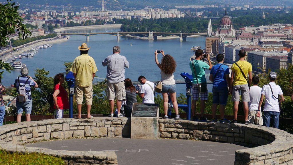 Turisták a Gellért-hegyen Budapest felett