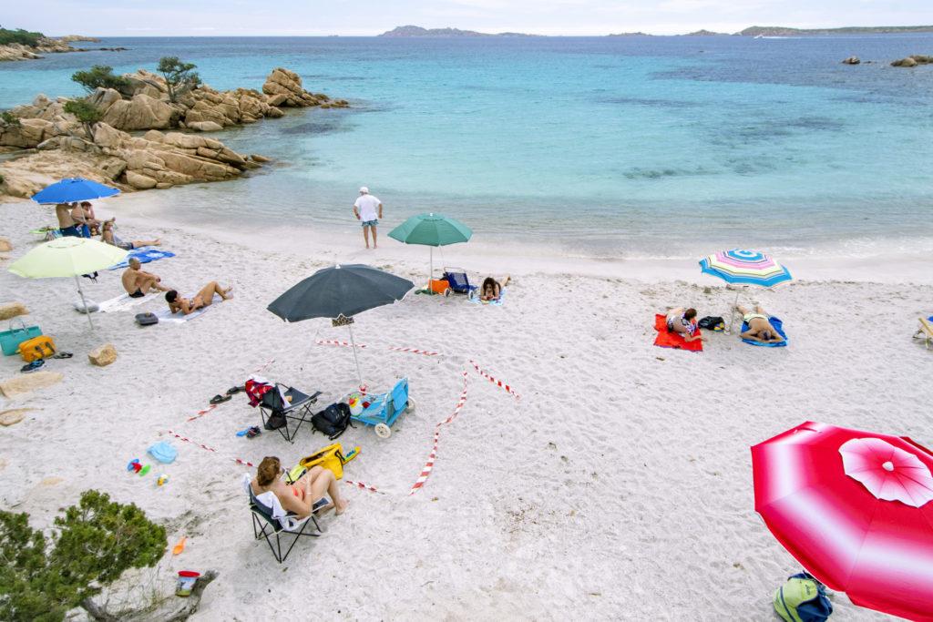 A tengerparton is marad a biztonságos távolságtartás