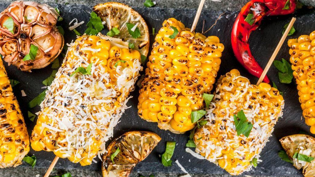 A grillezett kukorica vajjal és olvasztott sajttal egyszerűen mennyei. (Fotó: Profimedia)