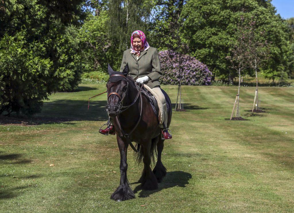 II. Erzsébet királynő lovagol