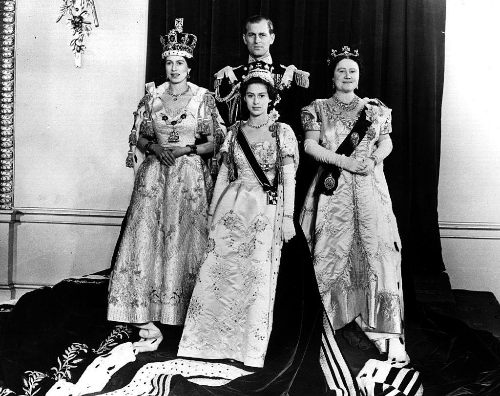 1953. június 2-án, a koronázást követő kötelező fotózáson II. Erzsébet királynő, Fülöp herceg, az anyakirályné és a királynő húga, Margit hercegnő