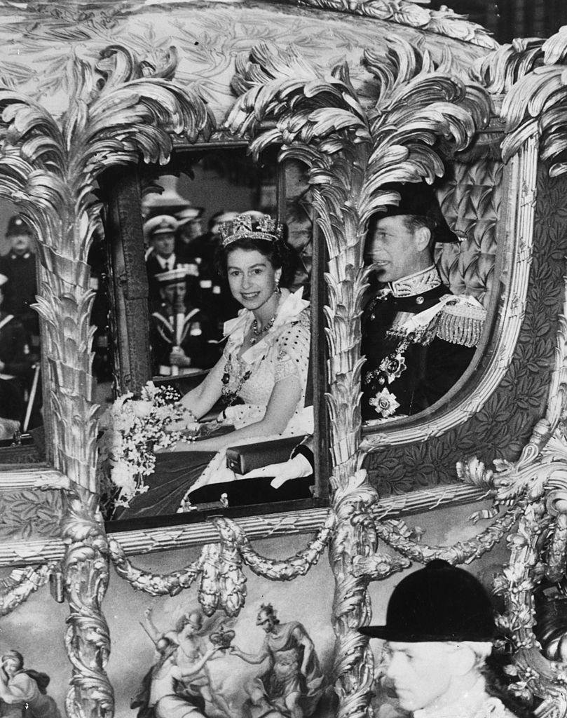 II. Erzsébet királynő és a férje, Fülöp herceg együtt mentek vissza a palotába a koronázás után, a hintó pedig olyan lassan haladt, hogy az egybegyűltek láthassák az új királynőt