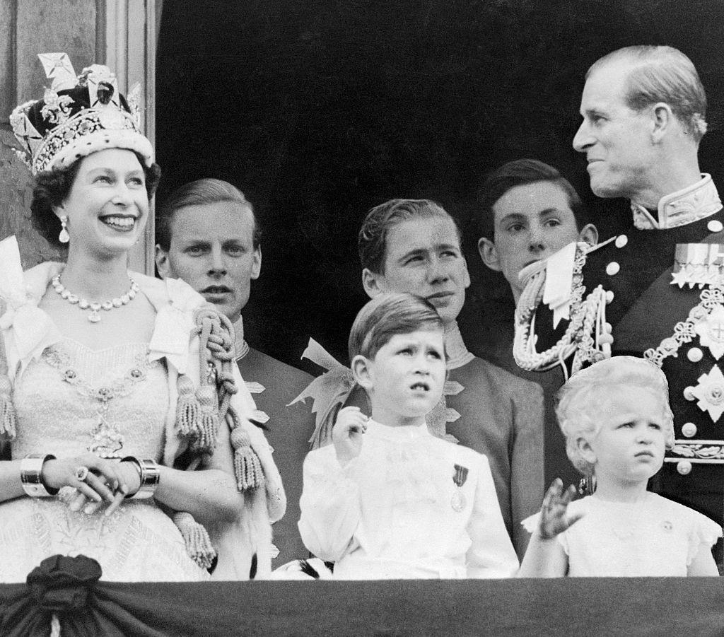 II. Erzsébet már kétgyerekes anya volt a koronázáskor. gyerekeivel és férjével együtt üdvözölték a palota előtt összegyűlt tömeget
