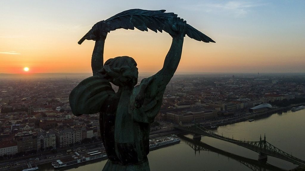 Budapest napfelkeltekor 2018. május 28-án. Előtérben a Gellért-hegyi Szabadság-szobor, balról az Erzsébet híd. - MTI Fotó: Mohai Balázs