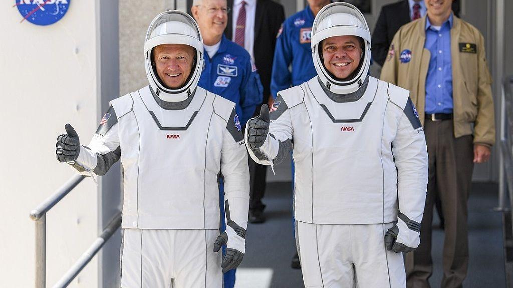 Doug Hurley és Bob Behnken az új egyenruhában feszítenek - Fotó: Getty