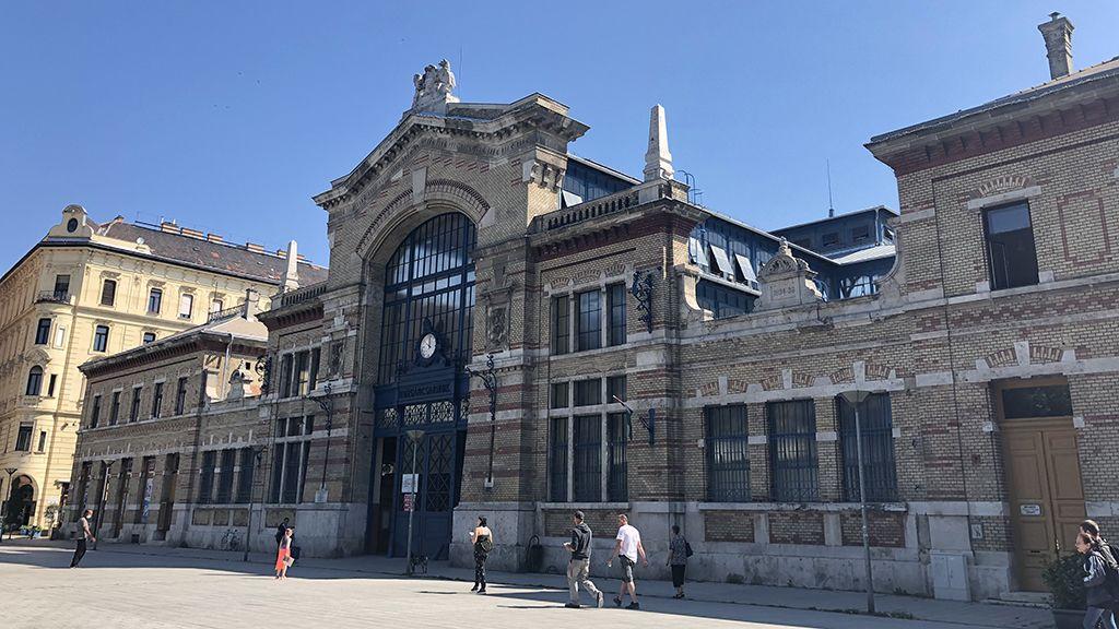 Kár a gyönyörű épületért, amit teljesen kitakar a metrólejáró (A szerző felvétele)