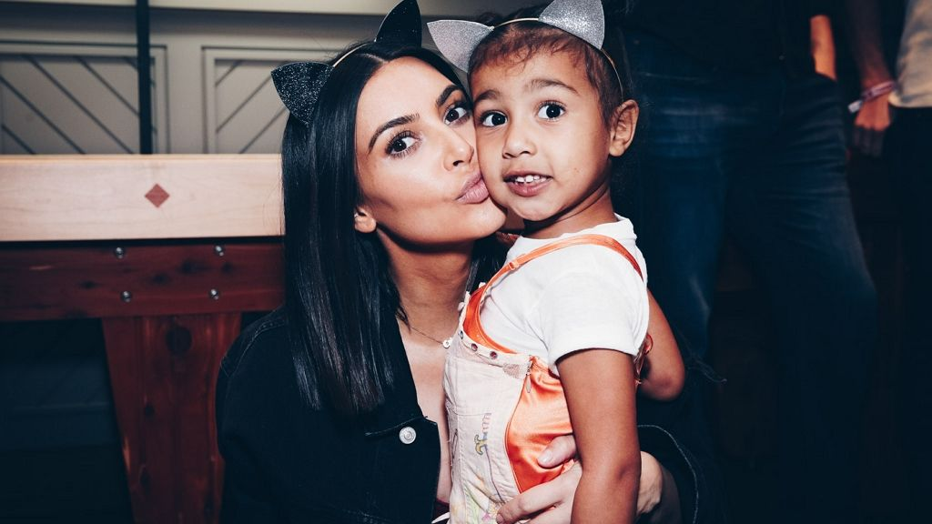 Kim kardashian photoshoppolta kislányát.