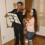 Mága Zoltán és Mága Jennifer hegedülnek 2006-ban