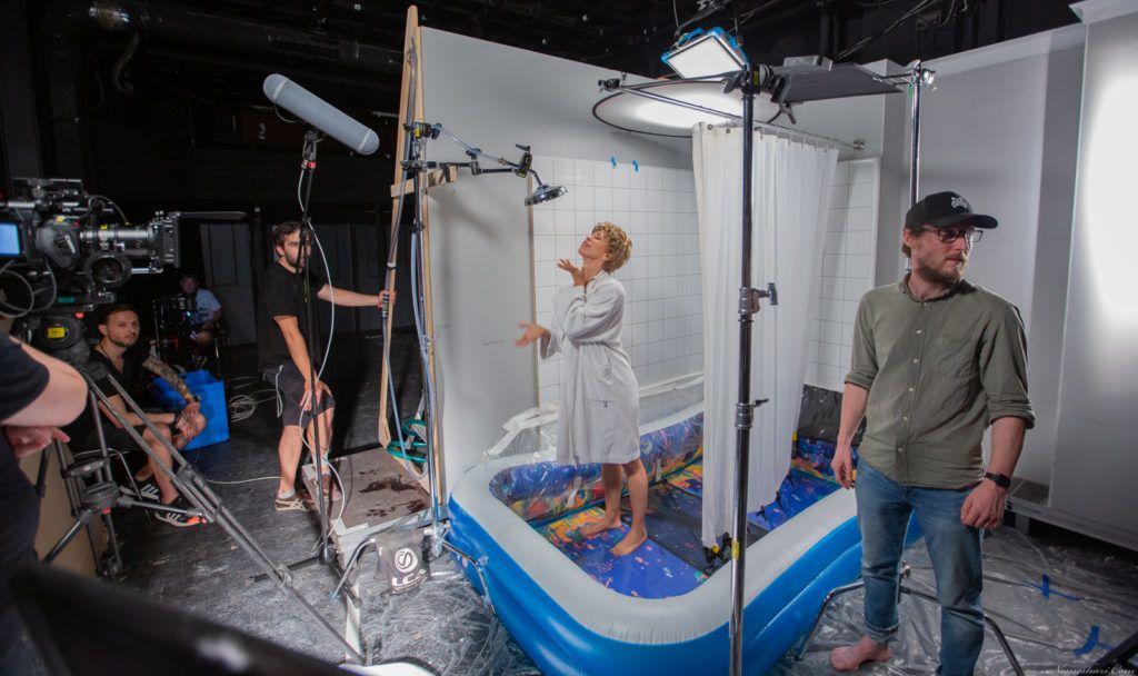 Itt a Psycho zuhanyjelenete 60 színésznővel