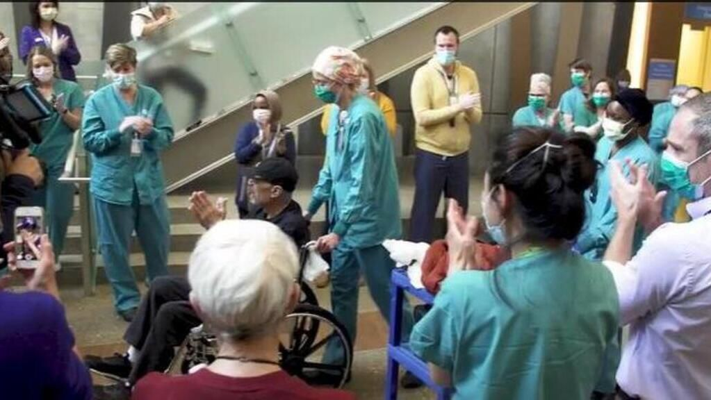 A 70 éves, koronavírus-túlélő itt még boldog (Fotó: Seattle Times video)