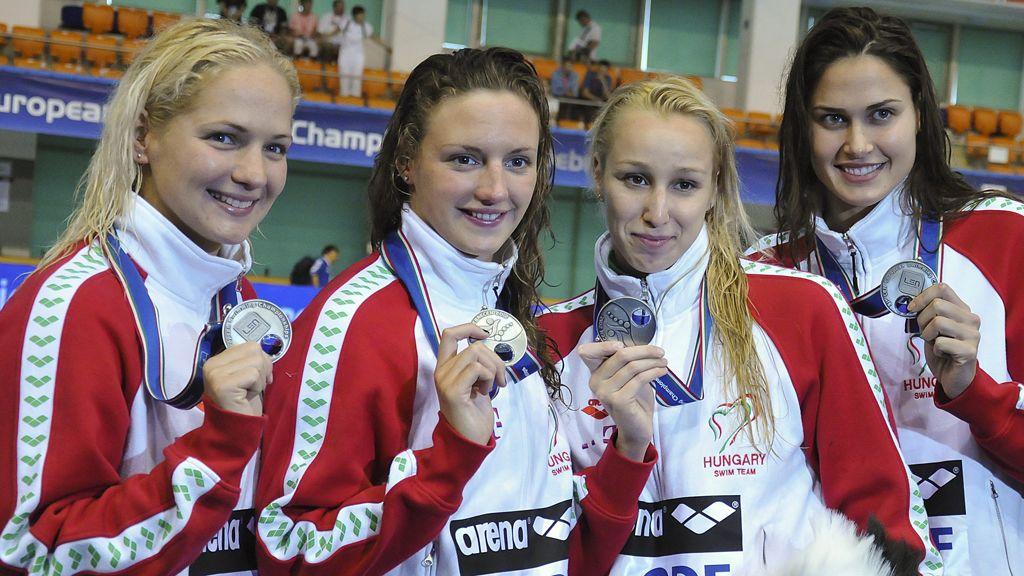 Mutina Ágnes, Hosszú Katinka, Verrasztó Evelyn, Jakabos Zsuzsanna (b-j), a második helyen végzett 4x200 méteres gyorsváltó tagjai mutatják az érmüket az eredményhirdetése után a 31. úszó Európa-bajnokságon, a Debreceni Sportuszodában. / MTI Fotó: Czeglédi Zsolt