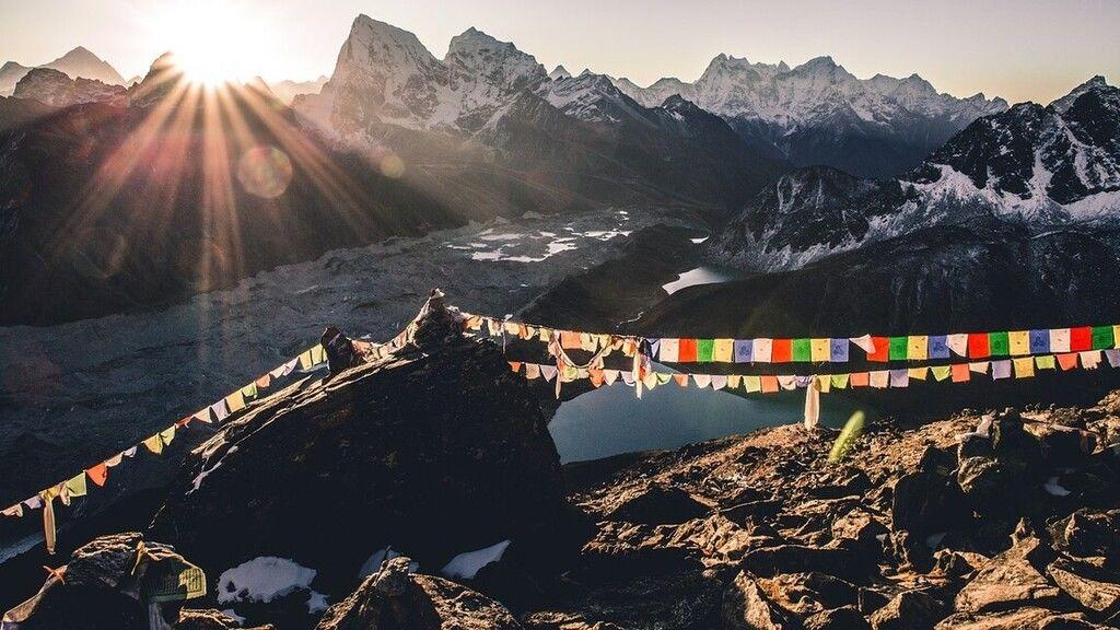 Két kisgyerekkel utazza körbe a világot egy skót család, a karantén miatt Nepálban ragadtak