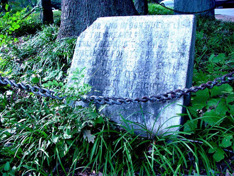 Jackson ezredes állítólagos rendelkezése egy kőtáblába vésve a fa lábánál (fotó: Wikipedia)