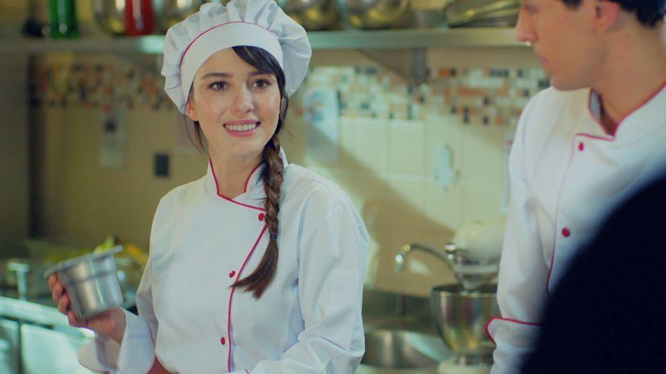 Özge Gürel szakácsot alakít A szerelem íze című török sorozatban