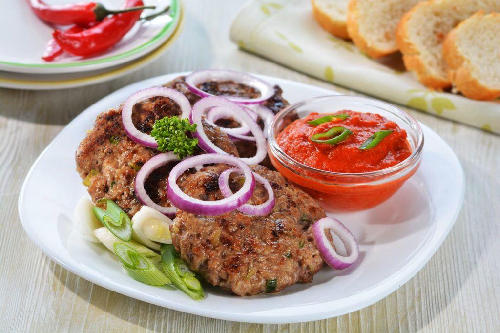 Pljeskavica a szerb grill-kedvenc