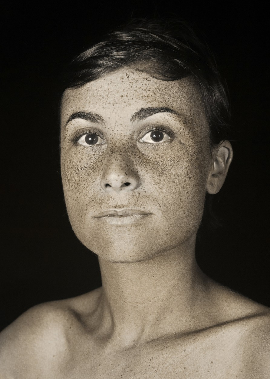 Fiatal nő UV kamerával készült fotója.