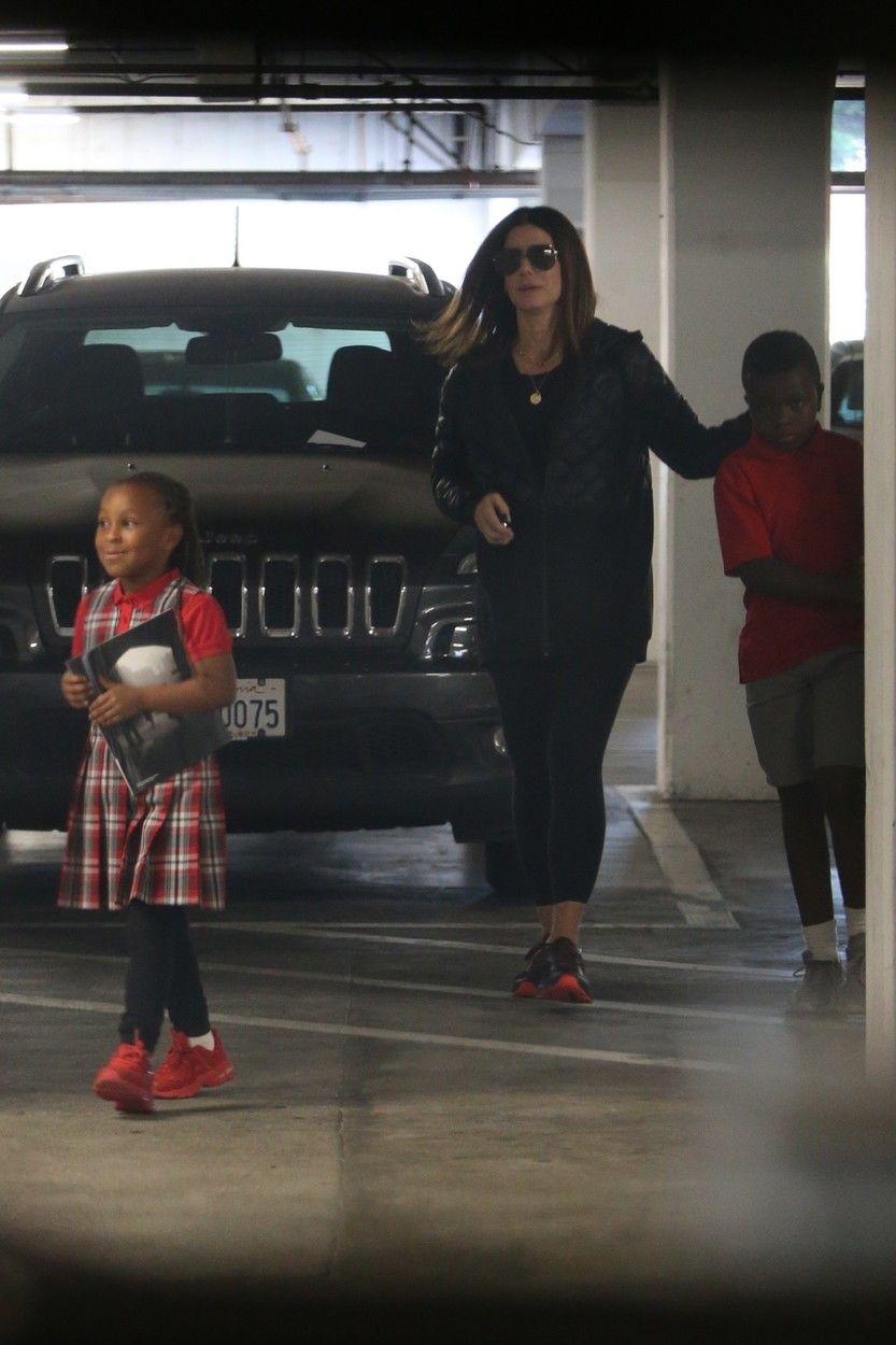 Sandra Bullock a gyerekeivel, Louis és Laila