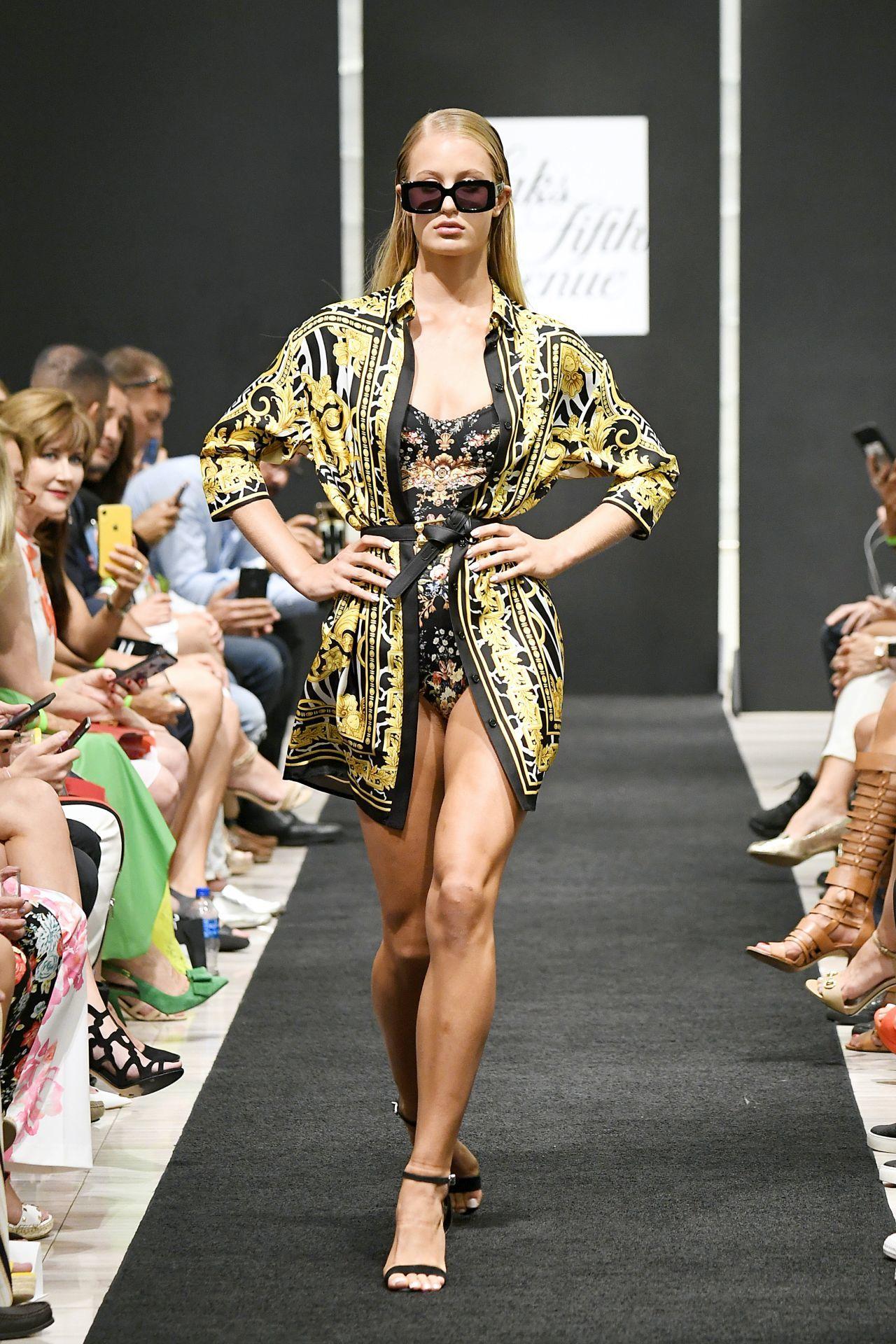 strandruha Versace divatbemutató