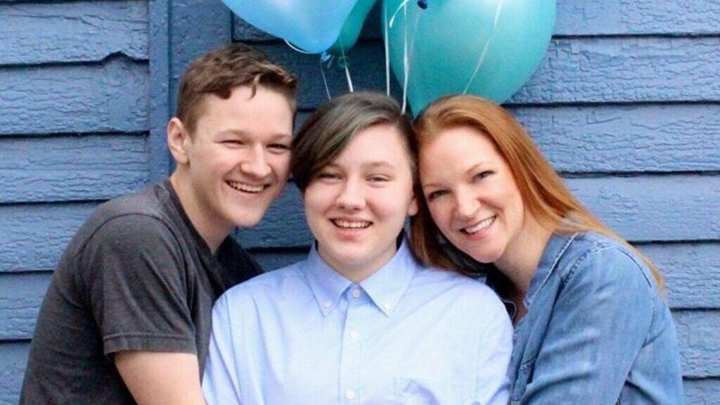 Kék lufikkal jelezték, hogy új fiuk van (Fotó: FB)
