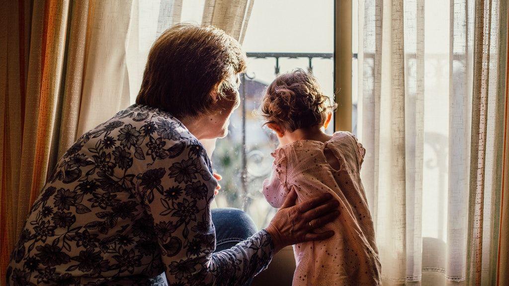 Joga van a nagyszülőknek az unokákhoz (Fotó: Pexels)