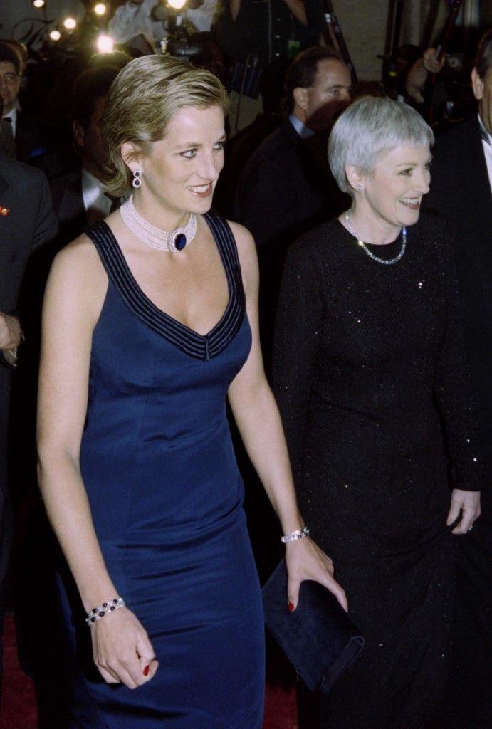 Diana egyik leghíresebb ékszerét viseli