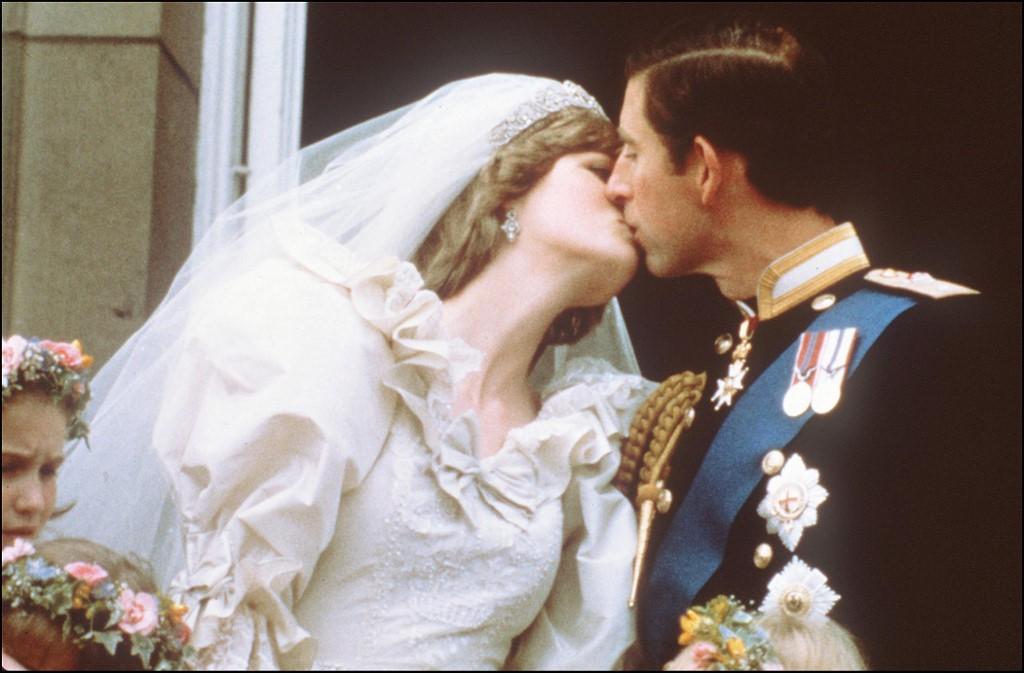 Diana és Károly esküvőjük után a Buckingham Palota erkélyén