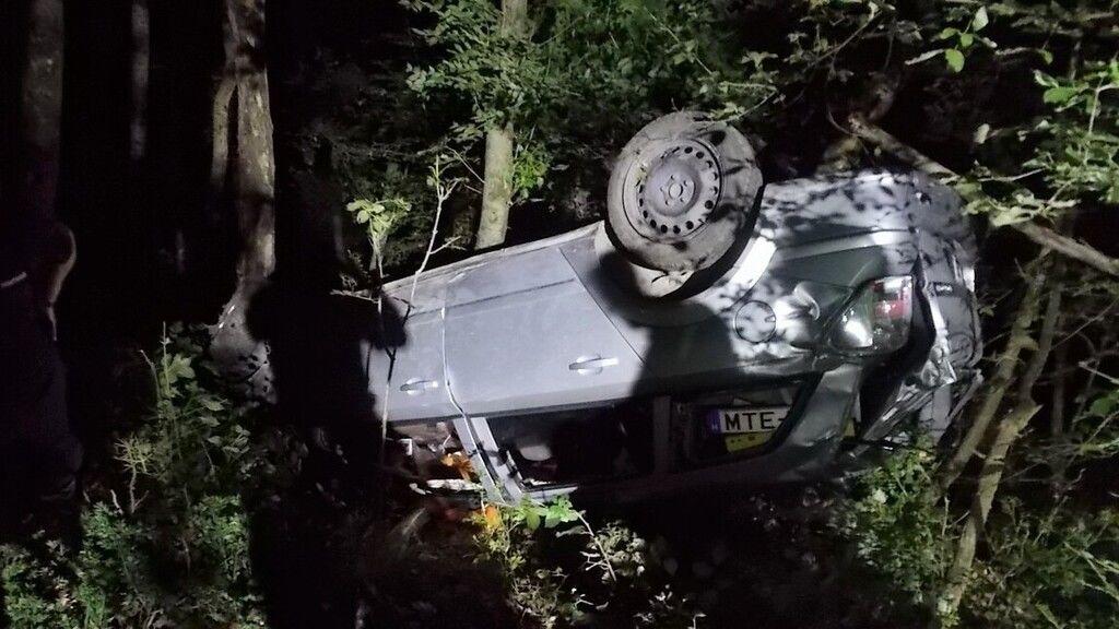a fák tartották meg az autót a szakadék felett