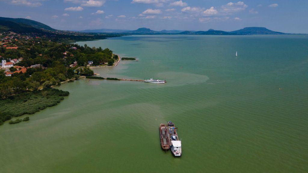 Kotróhajó a kékalga miatt a Balatonon