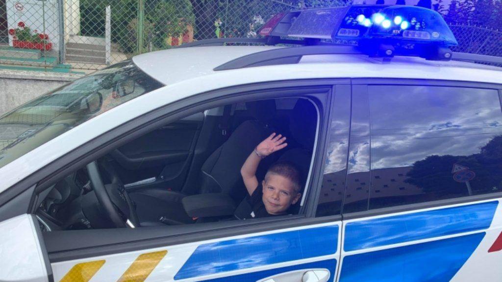 születésnapi ajándék rendőrautó kisfiú