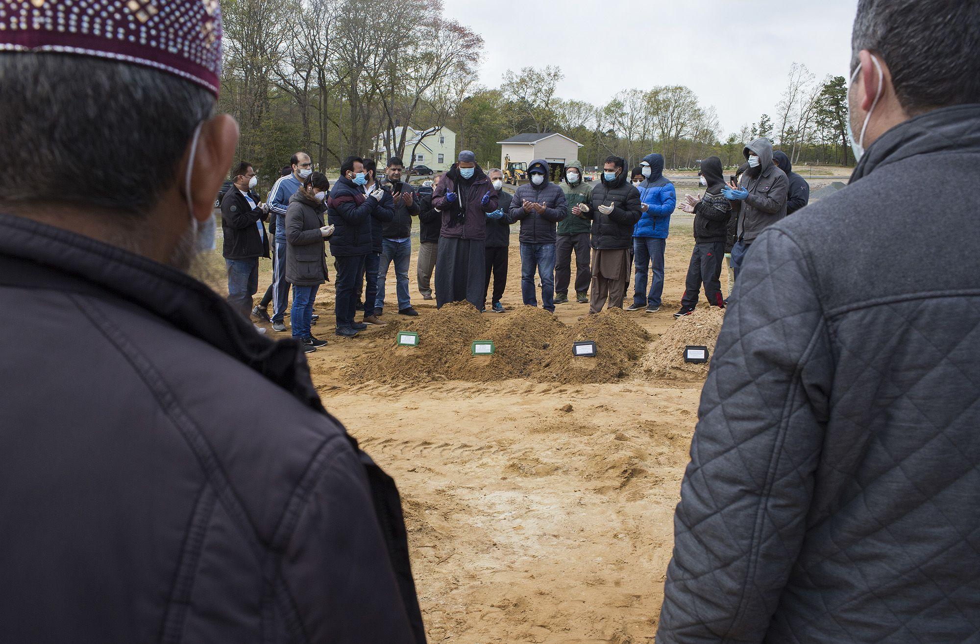Pakisztáni bevándorlók temetik halottaikat New Yorkban (fotó: Andrew Lichtenstein/Corbis via Getty Images)