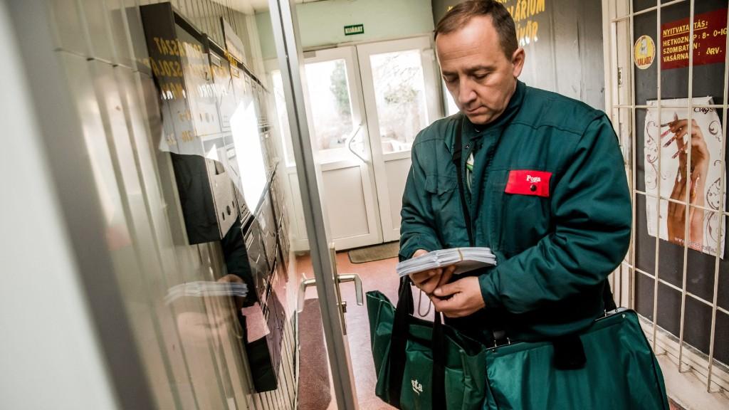 Egy dolgozó postás. Képünk illusztráció (fotó: MTI/Balogh Zoltán)